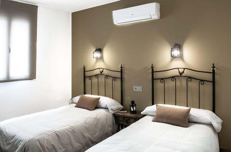 La habitación del alojamiento cuenta con bomba de calor y aire acondicionado.