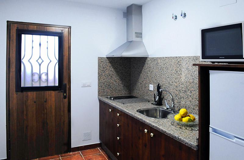 La cocina del apartamento Trillo está completamente equipada y cuenta con todo lo que necesitas para pasar unos días junto al Parque Nacional.